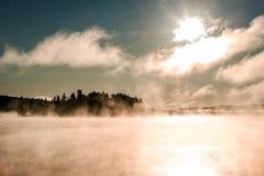两条河阿尔根金族国家公园安大略加拿大日落日出湖有雾有雾的神秘的大气背景 免版税图库摄影