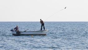 两条渔夫抓住鱼,乌尔齐尼里维埃拉 免版税图库摄影
