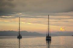 两条游艇进入罗得岛口岸在日落 库存照片