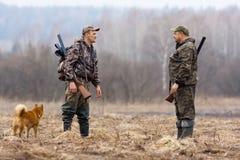 两条猎人和狗 免版税库存照片