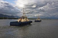 两条猛拉小船在石标港口 免版税库存图片