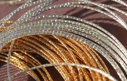 两条白金和金项链由珠宝商的待售 库存图片
