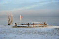 两条空的长凳在一个冬日 库存图片