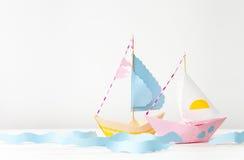 两条纸小船由色纸制成在白色 免版税库存图片