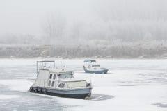 两条老小船在一条冻河Tisa击毁了 免版税库存照片