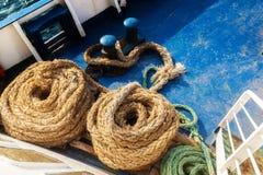 两条老羊毛状的绳索 免版税库存图片