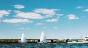两条航行的游艇通过运河 库存图片