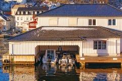 两条豪华小船的典雅的白色木车库 免版税库存图片