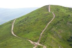 两条道路横穿铺石渣有远足者游人travelli的路 库存图片