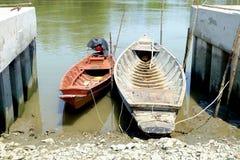 两条长尾巴小船 免版税库存照片