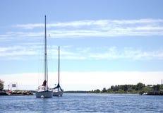 两条风船在小游艇船坞 库存照片