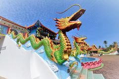 两条龙雕象在Phothikyan Phutthaktham寺庙Bachok吉兰丹马来西亚的 照片被采取了10 /2/2018 免版税库存照片