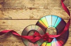 两条CD的盘和丝带 免版税库存照片