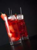 两杯与冰的草莓鸡尾酒在木桌上 免版税库存图片