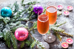 两杯与圣诞树分支的香槟 库存照片