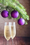 两杯与圣诞树分支的香槟 免版税库存图片