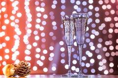 两杯与圣诞节玩具的香槟 欢乐光bok 免版税库存图片