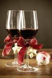 两杯与圣诞节装饰品的红葡萄酒 库存照片