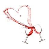 两杯与心脏飞溅的红葡萄酒 免版税库存照片