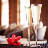 两杯与红色花的香槟在温泉休息室 温泉钛 免版税图库摄影
