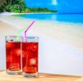 两杯与迷离海滩的红色文本的鸡尾酒和空间 图库摄影