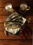 两杯与鱼的啤酒 免版税库存图片