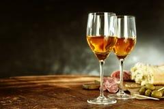 两杯与鲜美塔帕纤维布的雪利酒 免版税库存照片
