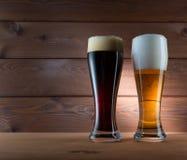 两杯另外色的啤酒 免版税库存图片