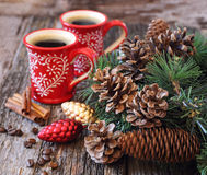 两杯咖啡、杉木锥体和新年树装饰 库存照片