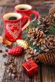两杯咖啡、杉木锥体和新年树装饰 免版税库存图片