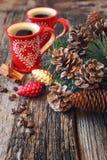 两杯咖啡、杉木锥体和新年装饰 免版税库存照片