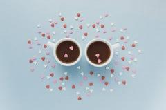 两杯咖啡与很多糖心脏的 免版税库存照片