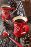 两杯咖啡和杉木锥体 库存图片