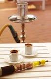 两杯咖啡和水烟筒 库存图片