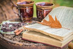 两杯咖啡在一本开放书附近的 库存图片