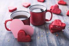 两杯咖啡在木背景的 免版税库存照片