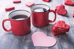 两杯咖啡在木背景的 图库摄影