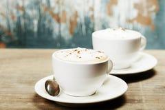 两杯咖啡在桌上的 免版税库存照片