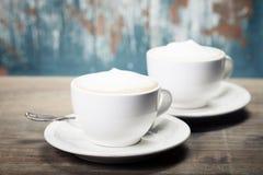 两杯咖啡在桌上的 免版税库存图片