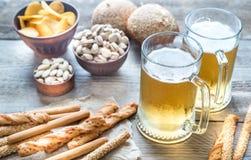 两杯啤酒用开胃菜 图库摄影
