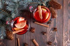 两杯圣诞节的红色茶 在杉树分支旁边的芳香茶在桌背景 图库摄影