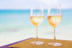 两杯在桌上的变冷的白葡萄酒近 免版税库存照片