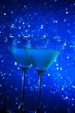 两杯在桌上的蓝色鸡尾酒 免版税库存照片