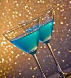 两杯在桌上的蓝色鸡尾酒 免版税库存图片