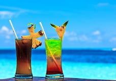 两杯在海滩桌上的饮料 免版税库存图片