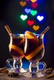 两杯在bokeh心脏背景的被仔细考虑的酒 库存照片
