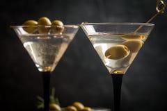 两杯干燥马蒂尼鸡尾酒 免版税库存图片