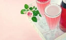 两杯桃红色香槟 免版税库存图片