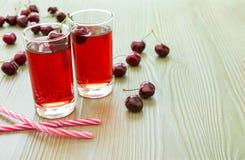 两杯樱桃汁、秸杆和空的空间 免版税图库摄影