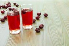 两杯樱桃汁和空的空间 免版税库存图片